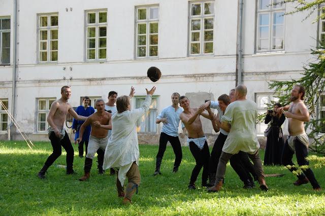 Poisid mängivad pallimängu